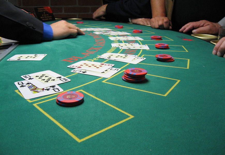 What makes different Online Poker and live poker playing?